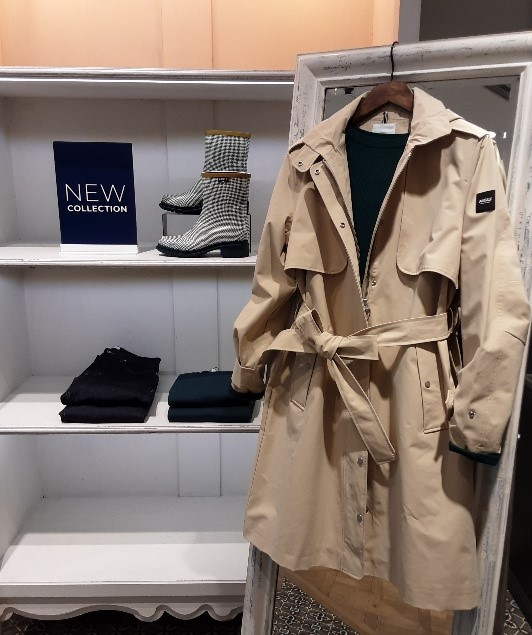 KEEP THE RAIN OUT AND YOUR CHIN UP <AIGLE FESTIVAL WALK STORE >